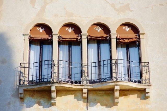 Окна средневековой постройки