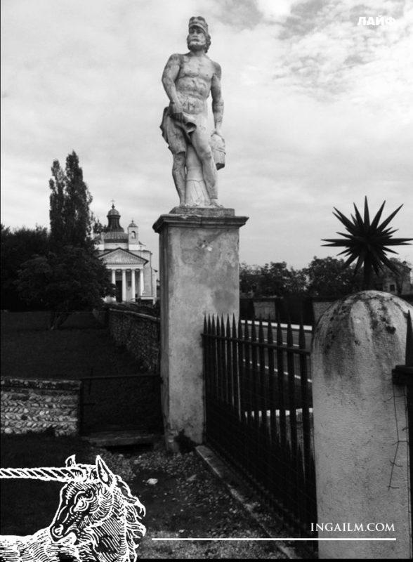 Скульптура с видом на ротонду