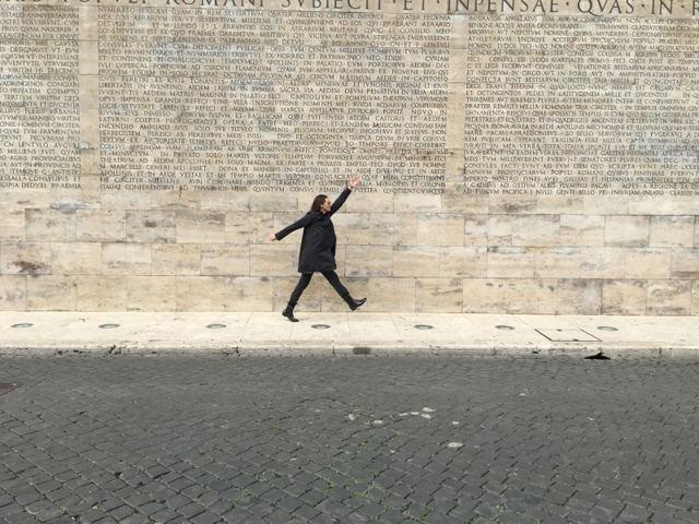 Инга Ильм на фоне стены Алтаря Мира