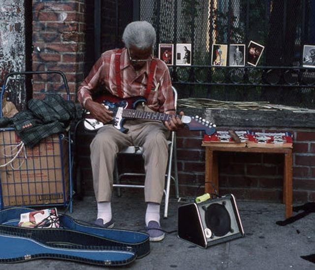 Нью-Йорк - уличный музыкант