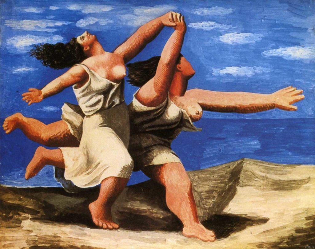 Две женщины, бегущие по пляжу