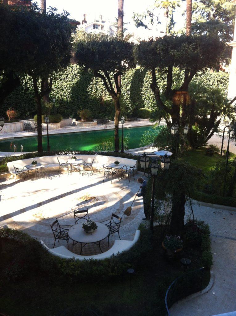 Hotel Aldrovandi. Вид на бассейн