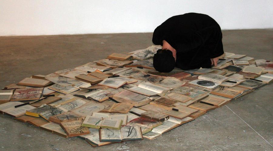 Моника Вайс / «Phlegethon-Milczenie» /Перформанс - древесный уголь, сухой пигмент, графит, немецкая литература, философия, поэзия и музыка, опубликованные в Германии до 1945 года / 2006