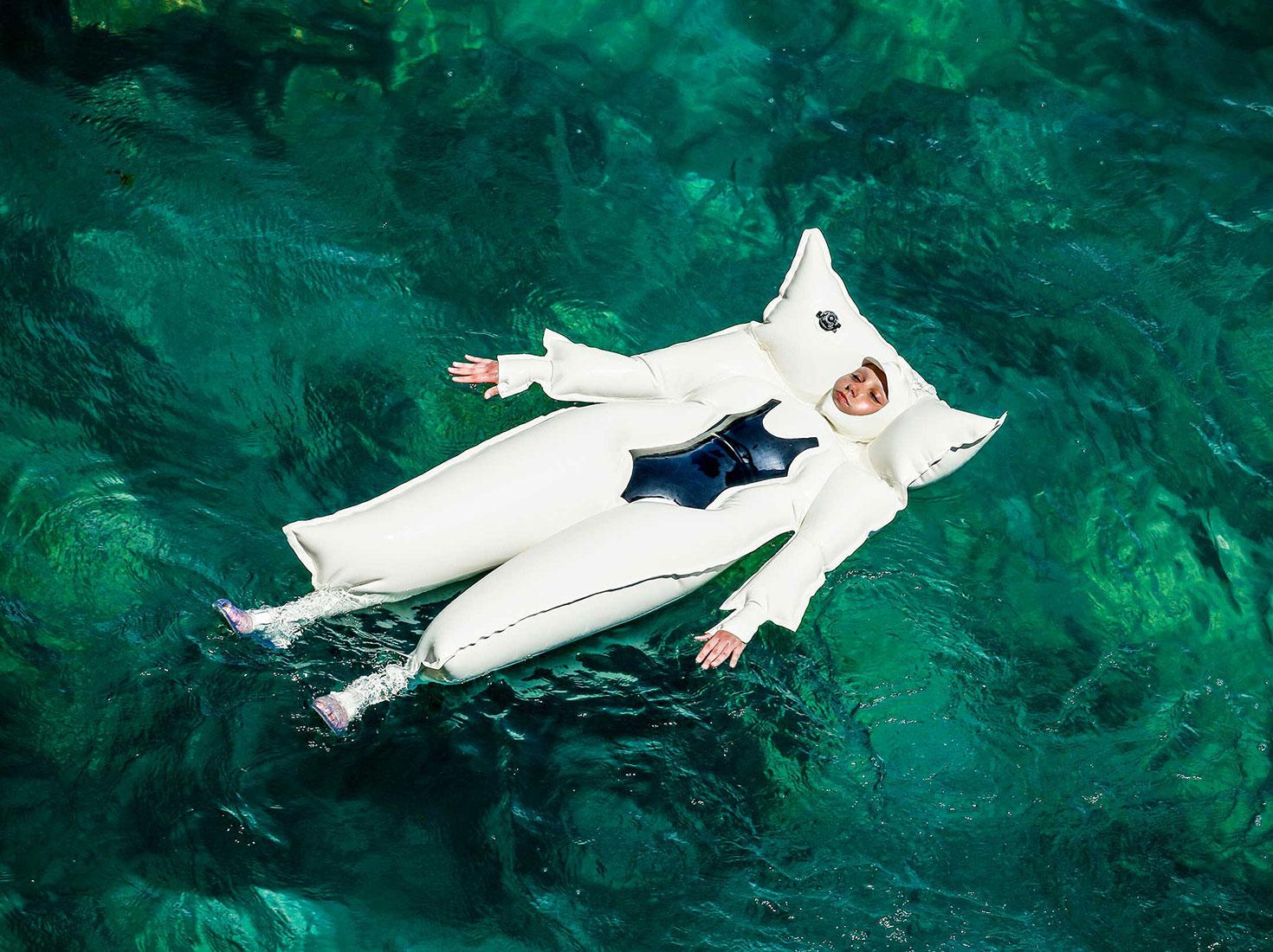 SiiGii / «S.A.D: Sun Allergy Diaries», надувной купальный костюм излатекста для отдыха наводе, который предназначен для людей саллергией насолнце / 2019