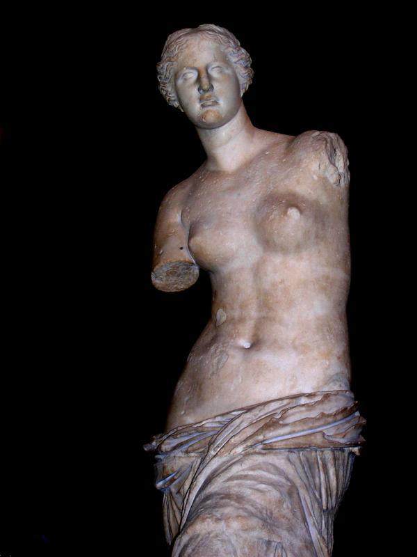 «Венера Милосская». (Афродита с острова Милос) / Первоначально авторство приписывалось Праксителю, затем Александру Антиохийскому, в настоящее время скульптура считается произведением неизвестного автора / около 130–100 до н.э